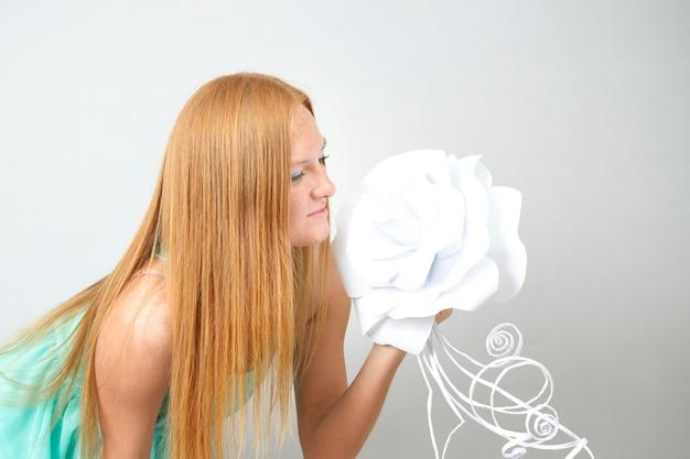 Retrato de mulher ruiva com flor de papel
