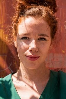 Retrato de mulher ruiva linda close-up