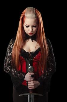 Retrato de mulher ruiva linda com espada longa