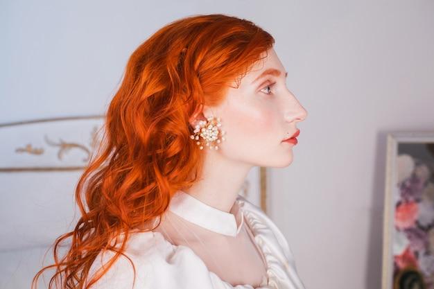 Retrato de mulher ruiva. longos cabelos ruivos