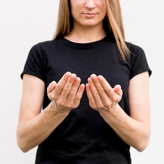 Retrato de mulher se comunicando através da linguagem gestual