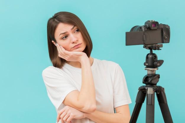 Retrato de mulher se preparando para filmar