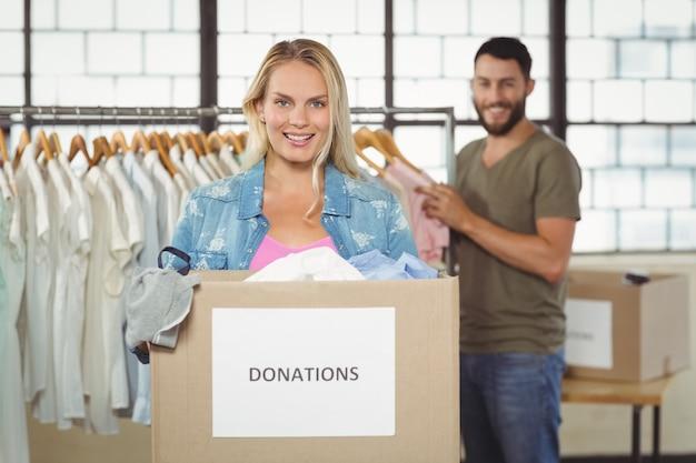 Retrato, de, mulher segura, caixa donation, enquanto, ficar