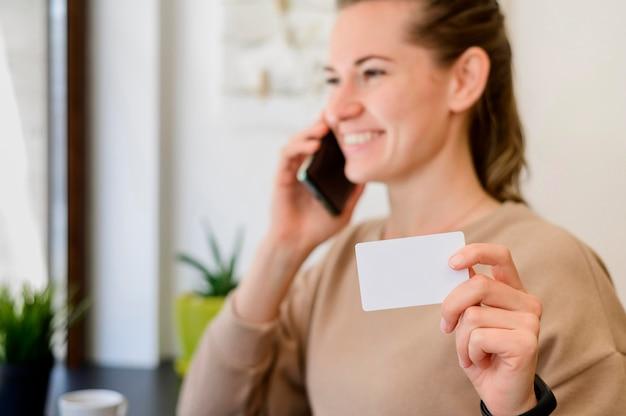 Retrato, de, mulher segura, cartão crédito