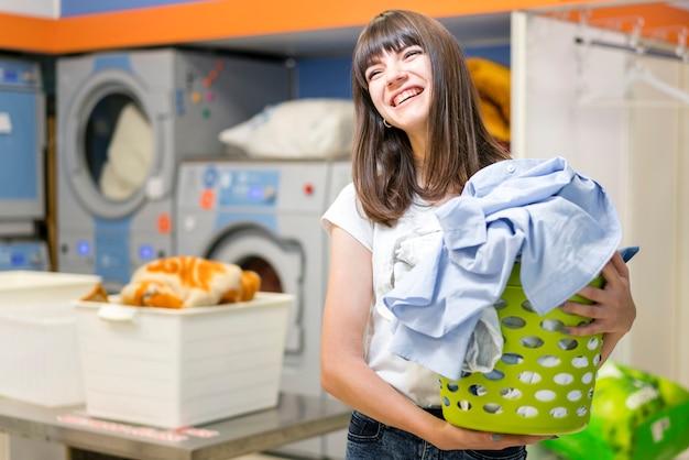 Retrato, de, mulher segura cesta lavanderia