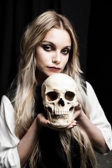 Retrato, de, mulher segura, cranium