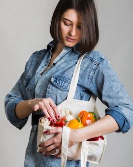 Retrato, de, mulher segura, ecológico, legumes