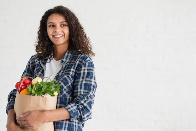Retrato, de, mulher segura, legumes, saco, cópia, espaço