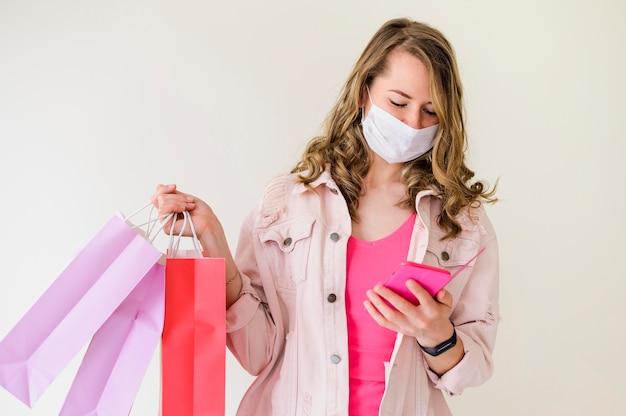 Retrato, de, mulher segura sacolas compras