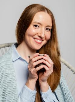 Retrato de mulher segurando copo