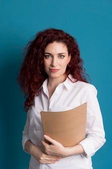 Retrato de mulher segurando documentos comerciais