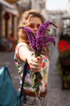 Retrato de mulher segurando flores