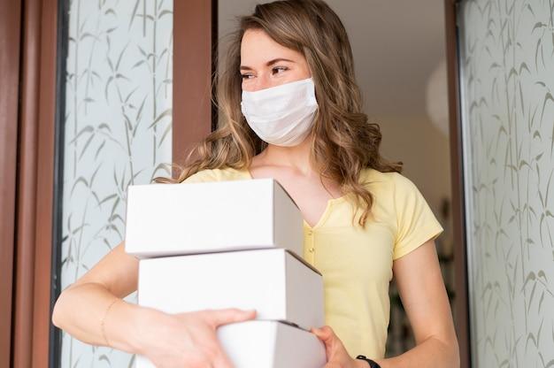 Retrato de mulher segurando produtos comprados on-line