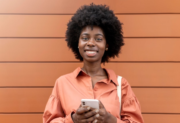 Retrato de mulher segurando seu smartphone