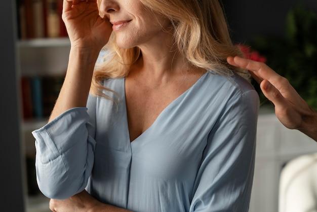 Retrato de mulher sendo consolada em consultório de terapia