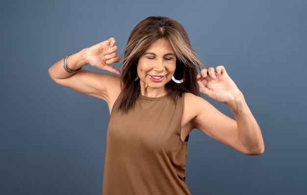 Retrato de mulher sênior confiante posando