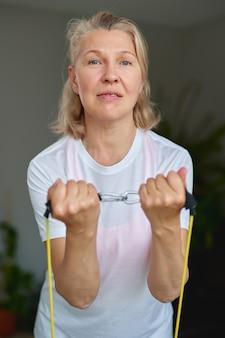 Retrato de mulher sênior exercício para esportes em casa.