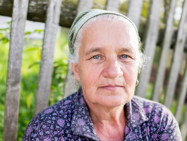 Retrato de mulher sênior mulher ao ar livre