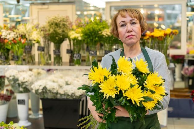 Retrato, de, mulher sênior, segurando flores