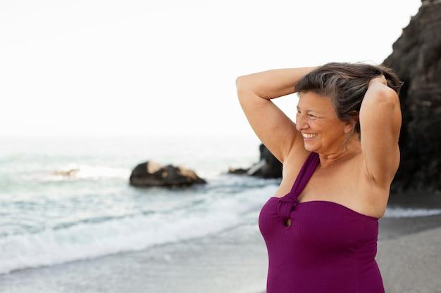 Retrato de mulher sênior sorridente na praia