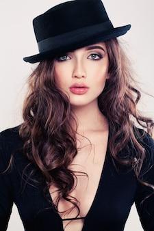 Retrato de mulher sensual de chapéu preto