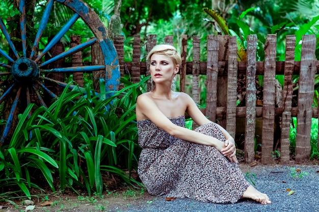 Retrato de mulher sensual, sentado na floresta