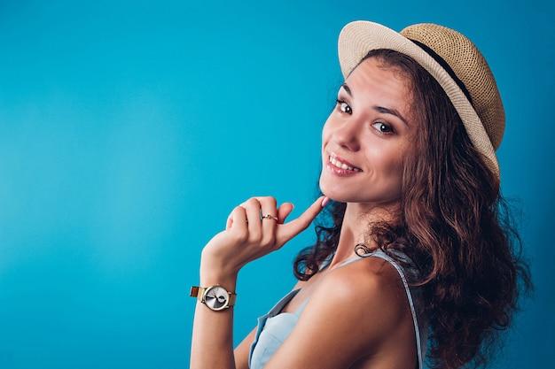 Retrato de mulher sexy elegante com chapéu no baclground azul