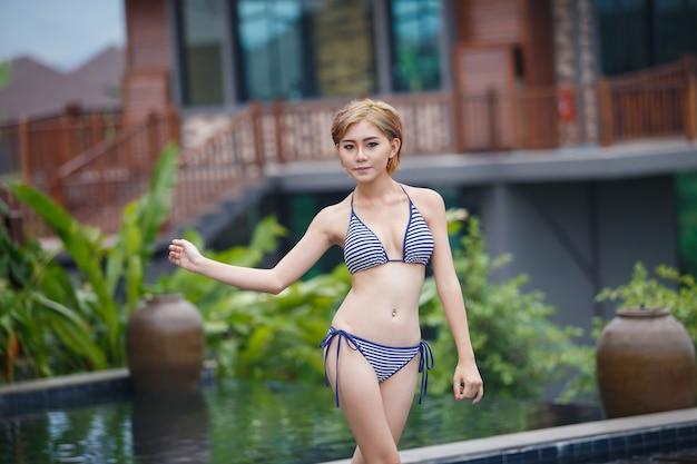 Retrato de mulher sexy em bikini na piscina