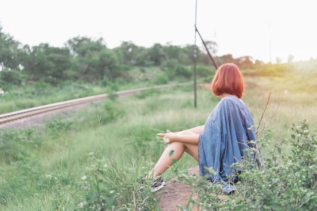 Retrato, de, mulher sexy, sente-se, estrada ferro lateral, em, a, campo