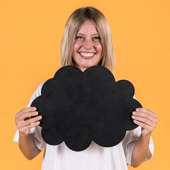 Retrato de mulher sorridente atraente segurando o balão preto