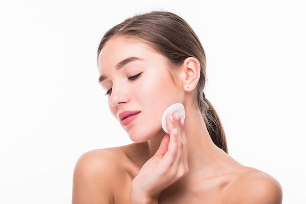 Retrato de mulher sorridente caucasiano atraente, limpando o rosto isolado na parede branca