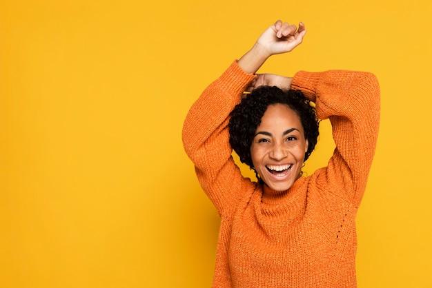 Retrato de mulher sorridente com espaço de cópia