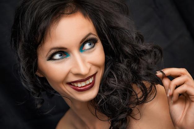 Retrato, de, mulher sorridente, com, luminoso, maquiagem, morena
