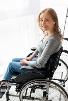 Retrato de mulher sorridente em cadeira de rodas