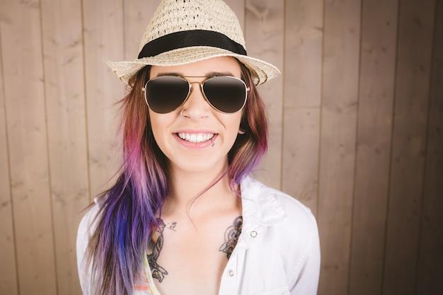 Retrato de mulher sorridente em óculos de sol