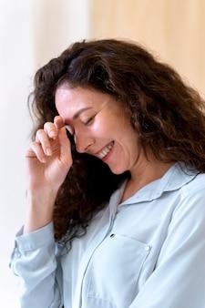 Retrato de mulher sorridente em plano médio