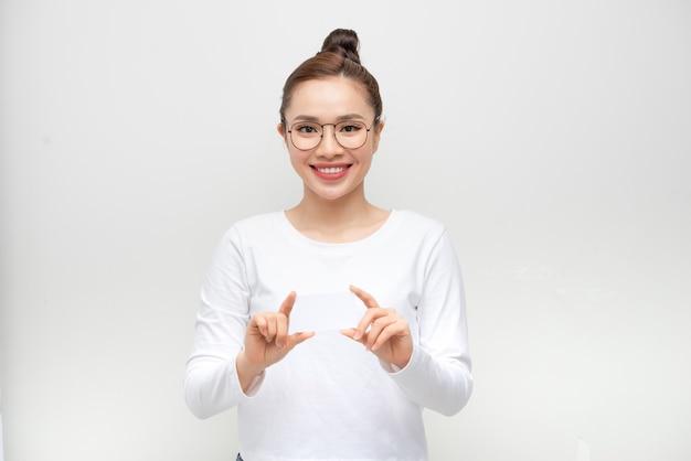 Retrato de mulher sorridente estilo casual mostrar cartão em branco.