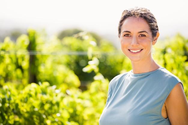 Retrato de mulher sorridente na vinha