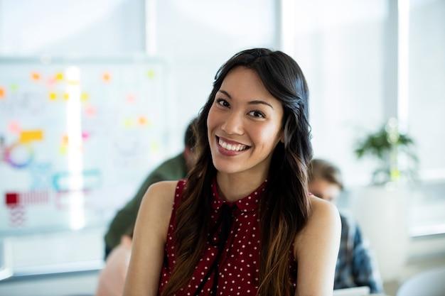 Retrato de mulher sorridente no escritório