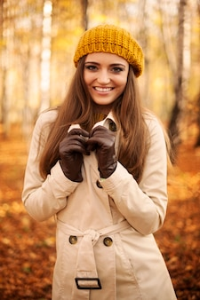 Retrato de mulher sorridente no outono