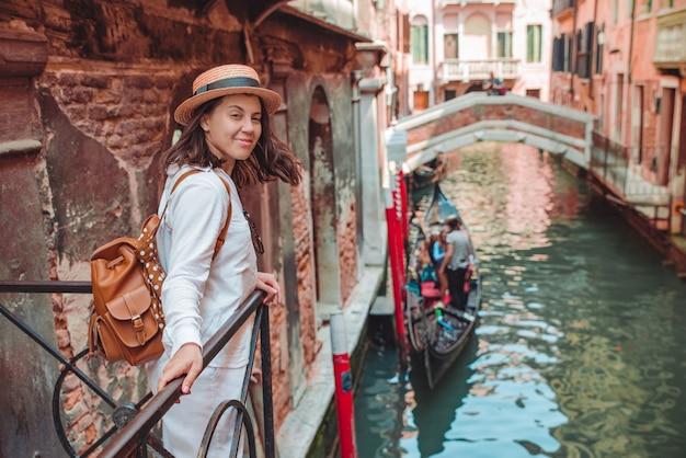 Retrato de mulher sorridente, olhando para o canal com gandola, férias de verão