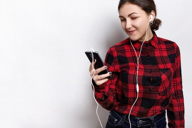 Retrato de mulher sorridente, ouvindo atentamente o audiobook enquanto se preparava para os exames na universidade