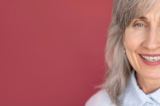 Retrato de mulher sorridente sênior de cabelos grisalhos