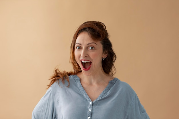 Retrato de mulher surpresa em foto média