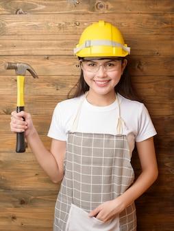 Retrato de mulher técnico em fundo madeira