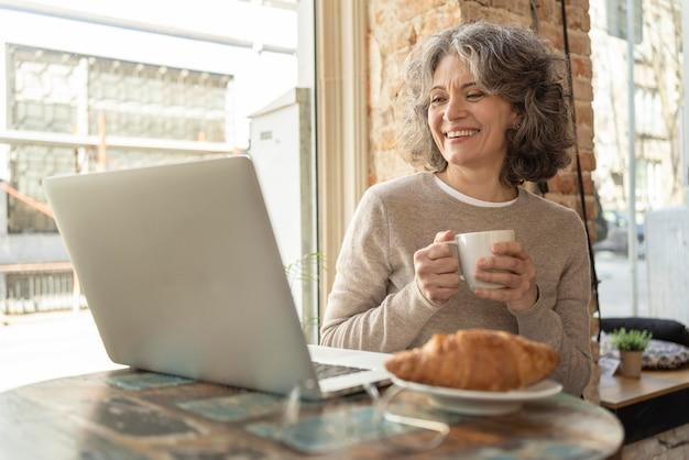 Retrato de mulher tomando café