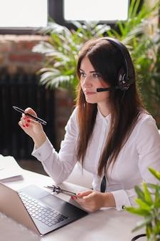 Retrato de mulher trabalhadora de atendimento ao cliente