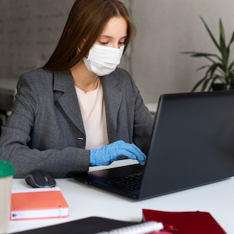 Retrato de mulher trabalhando com máscara facial