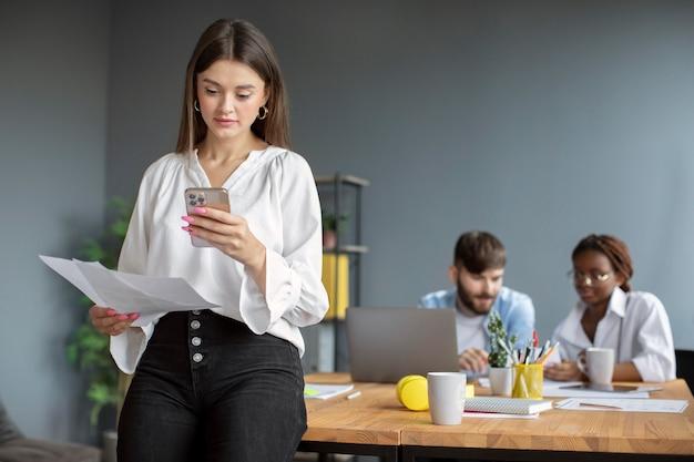 Retrato de mulher trabalhando em uma empresa startup