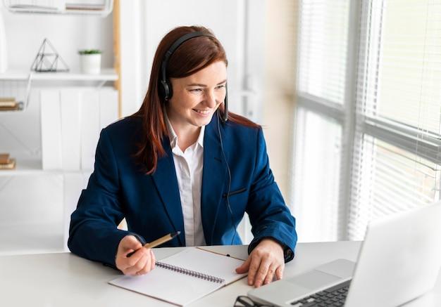 Retrato de mulher trabalhando em videochamada no laptop